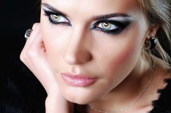 Smokey-Eye-Makeup-Wear-and-Cheer