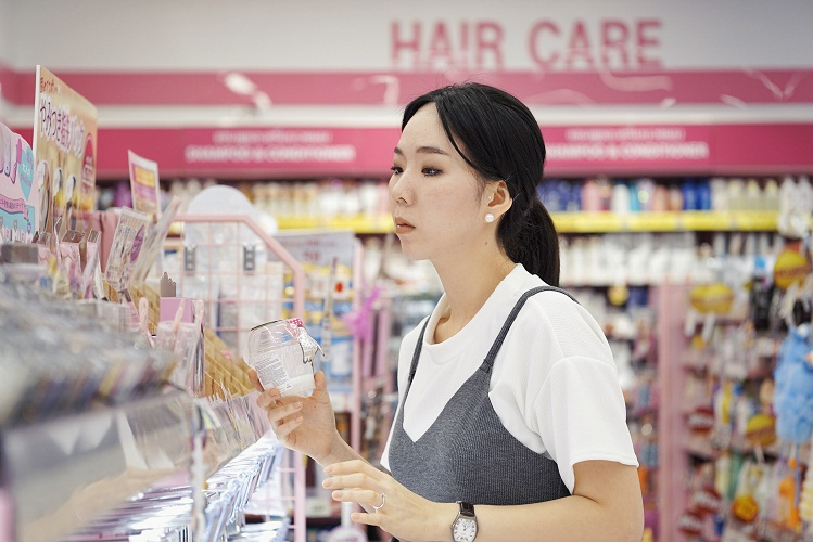 woman-shopping-for-cosmetics_t20_4Jd8Wx